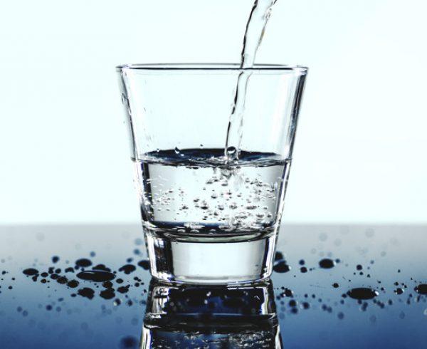 Bere troppa acqua: i benefici di una corretta idratazione, e come evitare disidratazione e iperidratazione