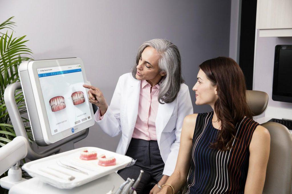 Simulazione 3d dell'allineamento dentale con le mascherine trasparenti Invisalign