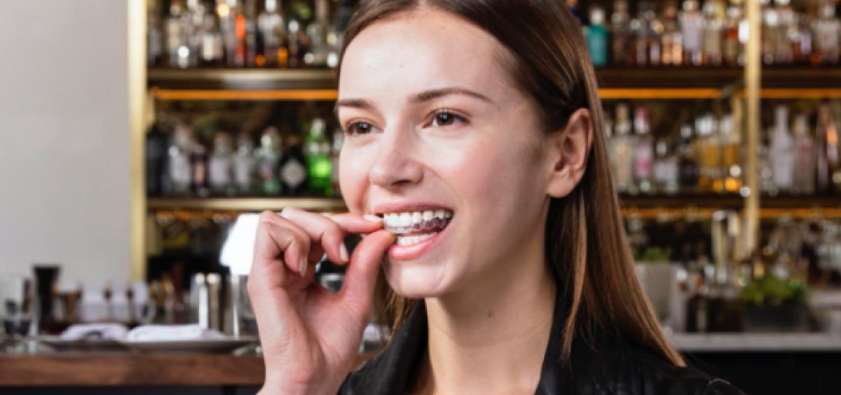 Allineamento dentale per gli adulti con apparecchio invisibile Invisalign